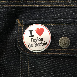 BADGE I LOVE L'AVION DE BARBIE